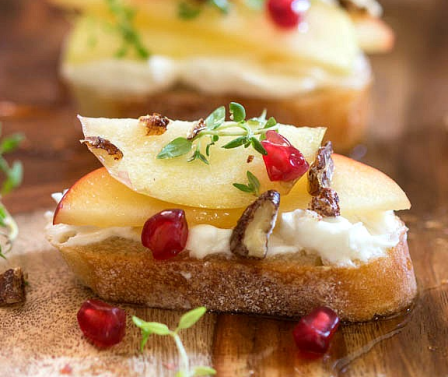 apple crostini